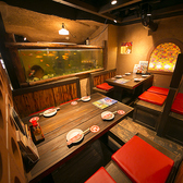 金魚が泳ぐ大きな水槽が特徴的なお席は、ちょっとした個室気分を味わえるロフト風☆