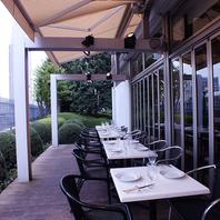 テラス席で新宿南口の景観と共に
