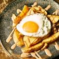 料理メニュー写真フライドポテト パタタスブラバスソース フライドエッグのせ