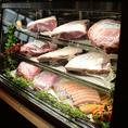 入口にはその日食べることができるお肉たちがあなたを待っています♪もちろんこちらのショーケースから選ぶことも可能です。