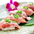熟成肉をネタに合わせた門外不出の特製合わせ酢スッと脂が溶けるようにほんのり温かいシャリで握り口の中でネタとシャリが一体になるように握りあげています。一口頬張れば下の上でトロける肉はまさに極上の逸品です!当店自慢の肉寿司を堪能するコースは3時間飲み放題付で3,300円~!