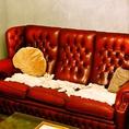 拘りのアンティークソファー♪落ち着いた空間でお酒を愉しめます。