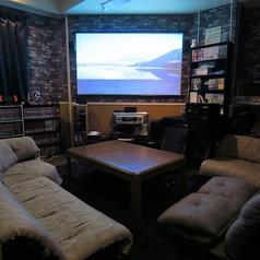 【スクリーンルーム】お座敷です。 ☆当店唯一のお座敷。80インチのスクリーンと、高画質プロジェクターを備え付けてあり、お客様持ち寄りの動画を鑑賞したり、テレビゲームを楽しんだりすることができます。もちろん、ボードゲームをしたり、まったりしたり、使い方は自由♪