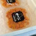 【北海道の魅力☆】鮮度抜群のウニを職人の熟練の技で握ります。ウニが苦手な方は多くいらっしゃいますが、、当店の天然ウニを食べたことがきっかけで克服された方が続出♪ウニ入りの特製海鮮太巻きがおすすめです!