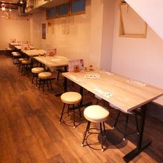 縦長の店内にテーブルがずらり!4~6名様向けテーブル席!