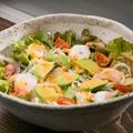 料理メニュー写真エビとアボカドのシーザーサラダ