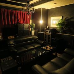 【TRPGルーム】ソファー席です。 ☆ゆっくりと、上品で落ち着いた空間でお酒が飲みたい方、静かに語らいたい方、ぼーっとしたい方。様々な用途に使用できるお部屋です。当店ではこの他に、TRPGというゲームでも使用されています。