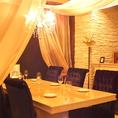 上品なカーテンとシャンデリアが印象的なテーブル席は女子会ニオススメです。