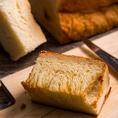 """リッチな食感の焼きたて""""デニッシュ""""や、あつあつ""""ブリオッシュ""""など焼き立てパンを随時ご用意♪"""
