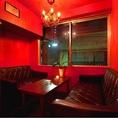 真っ赤な壁に真っ赤なシャンデリア、真っ赤なカーテンで仕切られたRED ROOM!フランス製のシャンデリアが盛り上げるソファー席です。窓を開けると気持ちの良い風がお店を通り抜けます! ≪貸切/飲み放題/誕生日/歓送迎会≫
