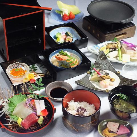 本格和食を堪能。四季に合わせた懐石料理3500円~ご用意。ポートタワーホテル2階。