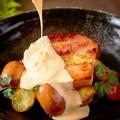 料理メニュー写真厚切りベーコンとミニソーセージ ~たっぷりチーズソース~