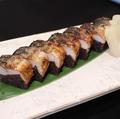 料理メニュー写真越田商店 黒舞を使った鯖の棒寿司