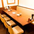 ちょっとした集まりにご利用いただけるテーブル席◎開放的な店内でワイワイとお楽しみください。