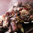 薩摩地鶏のその味を最大限活かすために、焼き方にもこだわります。地鶏の表面をこんがり、なかをふっくらジューシーに焼き上げます。じっくりと焼き上げることで、旨味をギュッと閉じ込めるため、噛んだ瞬間に甘味さえ感じる濃厚な味わいに!(川崎 個室 居酒屋 地鶏 飲み放題 宴会 接待 女子会 誕生日 記念日)