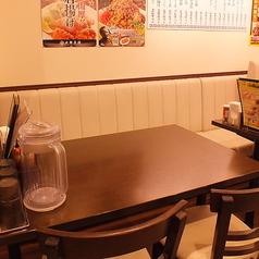片面ソファー、片面椅子のお席。4名様テーブルでお子様用の椅子もご用意!家族でご利用いただけます。