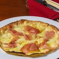 料理メニュー写真3種のチーズとプロシュートのプレーンピッツァ