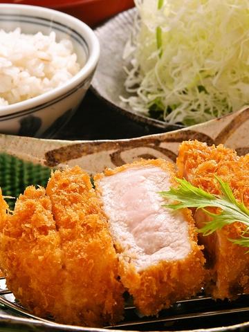 ご飯とキャベツのお代わり自由。平田牧場の三元豚を絶妙なあげ具合で食べられるお店。