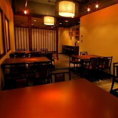 広々としたテーブル席。お食事や夜の一杯等、お気軽にご利用下さい。