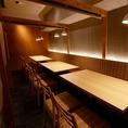 フロアテーブル席は暖簾で仕切らせて頂きます。テーブルを合わせて大人数用にすることも可能!最大50名様まで対応可能!寿司や牛タン・海鮮焼き鳥など人気のお料理を安心してお得に楽しめる飲み放題◎お料理はお好きなものを頼みたい!アラカルトでも使える単品飲み放題2H999円や飲み放題付コース3000円~幅広くご用意!