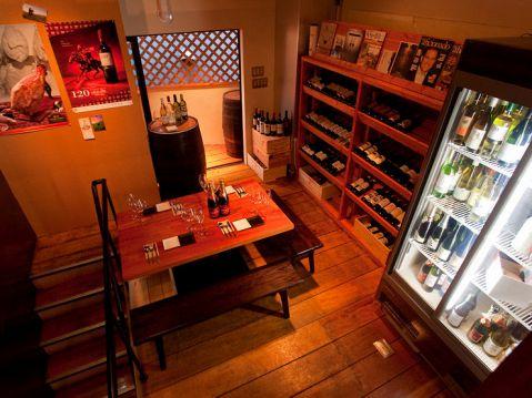 世界各国から選りすぐりのワインが常時100種類以上!もちろん国産ワインも置いてあり、充実のラインナップ!!料理はからあげグランプリ金賞受賞の自慢の鳥料理と種類豊富な美味しい料理を幅広くご用意。ワインとの相性◎なものを取り揃えております。