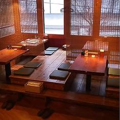 店内入って右に進んで頂いて、8名掛けテーブル席後ろにある座敷。4名ずつ着席できるお座敷のお席になります。少し人数の多い宴会でもご利用可!貸切などのご相談等も受付しております!※真ん中に補助テーブルを入れると10名様でもご利用可能。