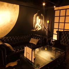 満月の壁紙が印象的なソファー席です。カップルシートにもご利用いただけます!!