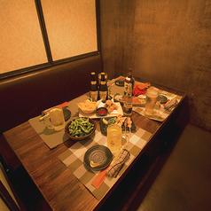 7名様用個室席。モダンな雰囲気がお楽しみいただけるゆったり広々としたお席になっております。周りを気にせず落ち着ける空間は大切なご友人との宴会、飲み会に最適です。
