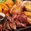 料理メニュー写真名物!ボリューム満載!!板のせお肉のがっつり盛り