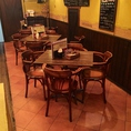 壁側のテーブル席。会社帰りの飲み会や少人数の飲み会にピッタリ!女子会にもオススメ!テーブルの移動・連結も可能です。