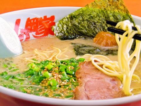 24時間営業の頼れるラーメン専門店。とんこつベースのスープに絡む特製太麺を堪能♪