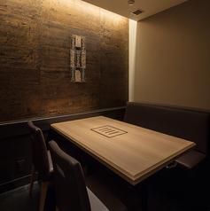 【2名様~4名様でご利用な可能な完全個室でございます】個室席は2名様からご利用いただくことができます。プライベートでのお祝いやご友人とのお食事などの大切なシーンにぜひご利用下さい。