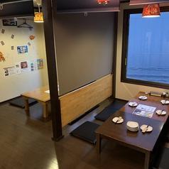 3階のお座敷は全席パーテーションで仕切った半個室でご用意しております。4名様×3卓、6名様×1卓でご案内できますので、お気軽にお立ち寄りください♪