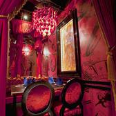 赤と白のカーテンで仕切られたお席はまるで女王様の寝室の様!最大16名様までご案内出来るので、大人数のPartyにおすすめ★赤の寝室
