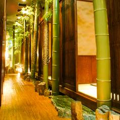 この廊下の両脇に素敵な個室が並びます