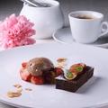 料理メニュー写真フォンダンショコラのムースと季節のフルーツ添え