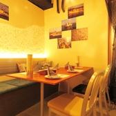 クッションや壁が海をイメージさせる、雰囲気ある個室は4名×1席と2名×4席♪最大12名までご利用できます★女子会にもぴったり!