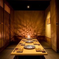 木の質感を活かし、ぬくもりを感じられる席になっております。少人数様から団体様までご利用いただけます。新宿で人気の個室席はご予約で早々に埋まってしまいますので、ご予約お問い合わせはお早めに!