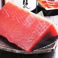 【鮮魚】三崎漁港直送のマグロ中トロ☆お刺身でお召し上がりください!!圧倒的パフォーマンス♪当店の鮪は、神奈川県は三崎行港から名産の1本買いマグロを使用しています。その日のうちに当店に納品され新鮮なままお客様へのもとへとお運びいたします♪