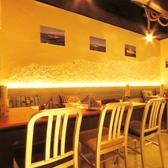 クッションや壁が海をイメージさせる、雰囲気ある個室は4名×1席と2名×4席♪最大16名までご利用できます★女子会にもぴったり!