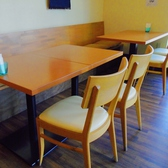少人数で来ても、ゆったりリラックスできる心地よいテーブル席です。4名席と2名席のご用意があります!