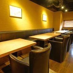 大きめなテーブル席なので広々しております。少人数でのご宴会や女子会などにぴったりのお席です。