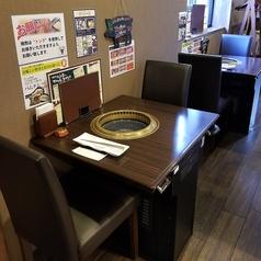 1名様でも利用しやすい2名様用テーブル席もございます 。高円寺駅・中野駅周辺で美味しいお店をお探しでしたら是非、からし亭をご利用ください★女子会、誕生日会、忘年会、新年会など各種ご宴会承ります!飲み放題付きコース3490円~◎