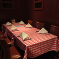 個室はダウンライトが照らす落ち着いた雰囲気の中でお食事ができます。