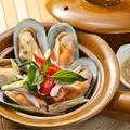 料理メニュー写真ムール貝の土鍋蒸し(ホーイマレンプーオップモーディン)