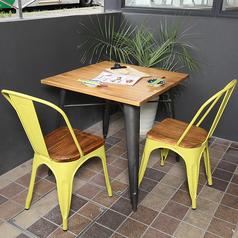 デートなどのお二人様でご利用いただけるテーブル席もご用意。