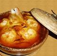 卵を使ったコクのある特製の元。玉ねぎを主にした野菜の甘み。豚、カニ、魚介などの食材から出る旨味。これらをオーブンでこんがり焼き上げ、カツオだしの効いたあんかけで召し上がっていただく、【石】の特製の1品です。