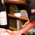 ~旨味を最大限に生かす「職人技」~卸す職人の手の温度で味が左右されてしまうほど新鮮な魚の身を、板場で素早く卸して出します。魚の旨味を存分に味わってもらえるよう、日ごろ食べる刺身より少し厚めに切ってお出しするのがこだわり。