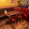 壁側が備え付けの椅子(ソファー)になっているテーブル席。テーブルの移動・連結も可能なので、10名様以上でも対応可能です。