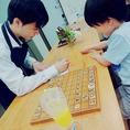 当店では日本将棋連盟有段者のスタッフと将棋が指せるんです!!もちろん将棋の指導も行っておりますので将棋好きの方はもちろん、今まで駒を触ったことも無い方でもご安心下さい。1回300円